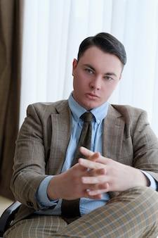 真面目な自信を持って目的のある野心的な若いビジネスマン。