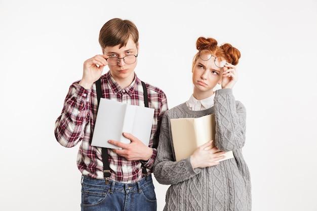 学校のオタクの深刻なカップル