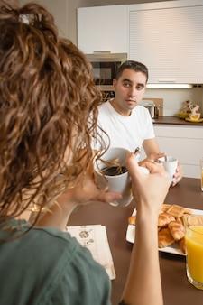 問題のある深刻なカップルが朝食で話します