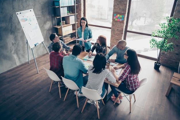 Серьезные коллеги во время встречи компании в офисе