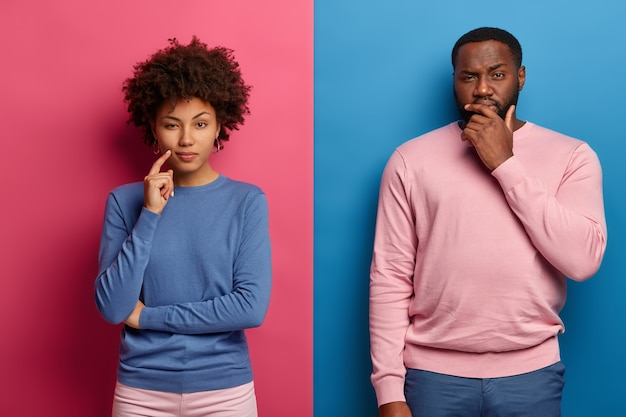 Серьезные темнокожие женщины и мужчины имеют глубокие мысли, задумчивый взгляд, принимают решения или обдумывают планы.