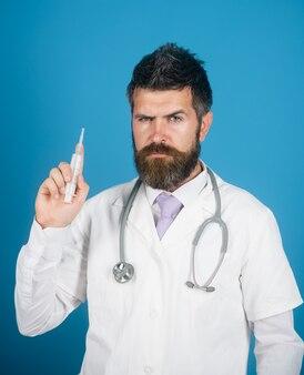 심각한 의사 보류 주사기 백신. 주사를 할 준비가 의료 가운에 수염 된 의사.