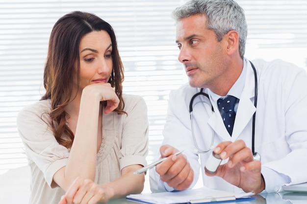 Серьезный врач, слушая своего пациента