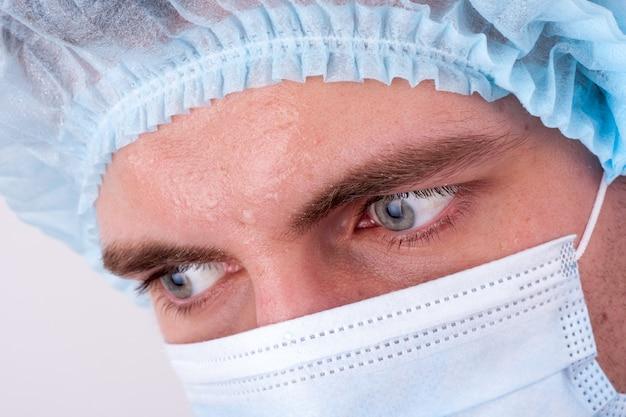 真面目な医者の視線