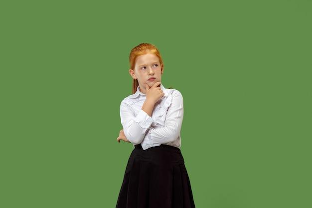 Ragazza teenager dubbiosa, premurosa, annoiata seria che ricorda qualcosa. giovane donna emotiva. emozioni umane, concetto di espressione facciale.