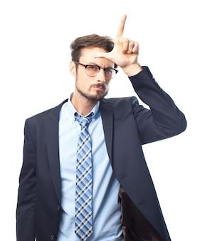 Серьезный элегантный мужчина делает проигравший жест с его стороны