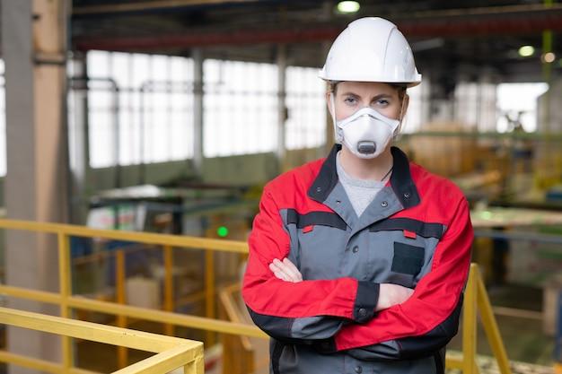 深刻な女性エンジニアの肖像画