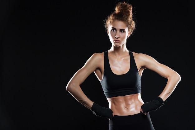 腰に腕を保持している深刻な女性の戦闘機