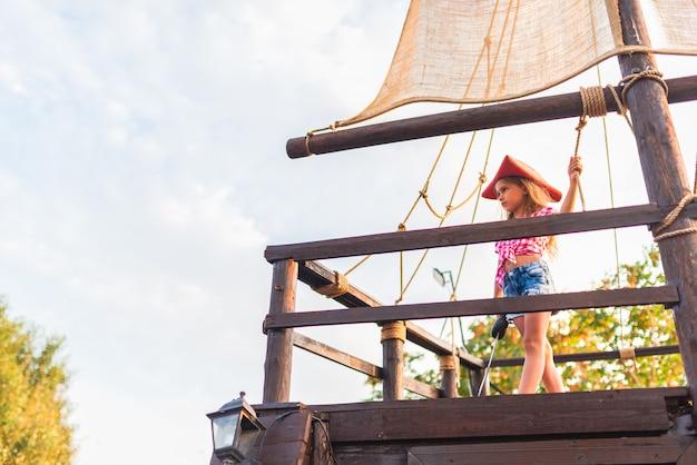 Серьезный забавный маленький пират в клетчатой рубашке
