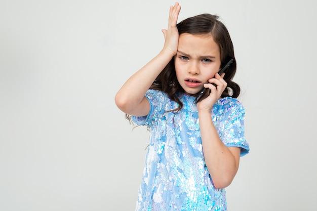 対談で電話で慎重に話して、コピースペースと白で頭を抱えている深刻な女の子