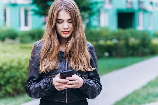 スマートフォンで真剣な女の子メッセージ