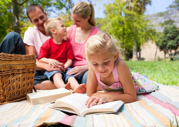 ピクニックをしながら真剣な少女の読書