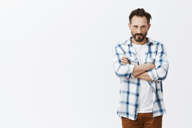 Серьезный бородатый зрелый мужчина позирует Бесплатные Фотографии