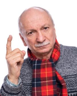 白い背景の上の警告ジェスチャーで人差し指を上げる深刻な男