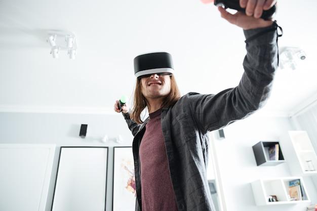 Серьезный человек сидит дома в помещении играть в игры