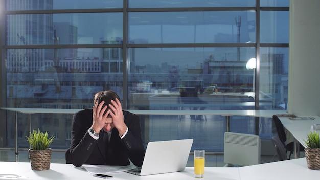 職場でのストレスの下で深刻な男