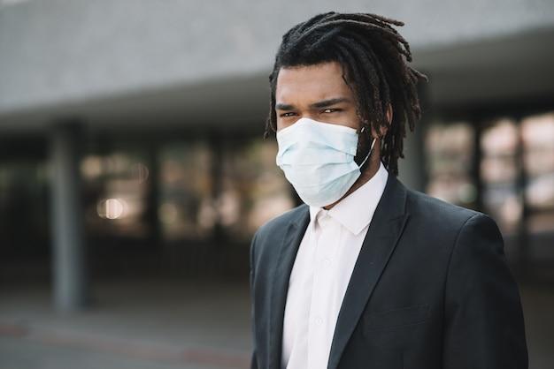 Uomo serio che indossa una maschera medica