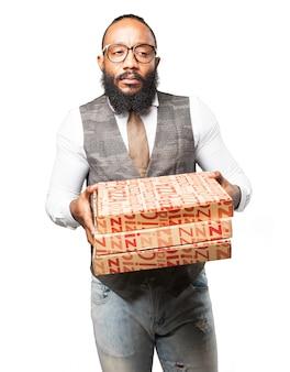 ピザの箱の深刻な男