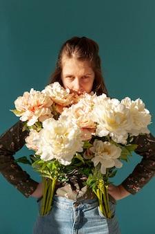 Modello serio che propone con i fiori