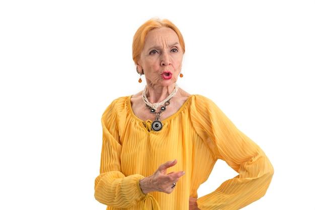 흰색 배경에 심각한 노부 할머니는 장로를 존중