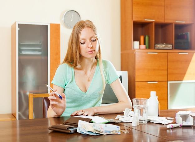 치료 비용을 계산하는 심각한 일반 여성