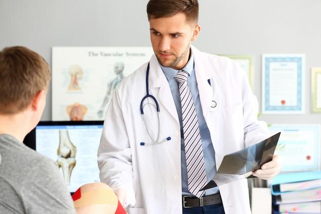 Серьезный врач с человеком