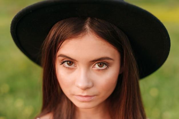 야외에서 심각한 예쁜 젊은 여자