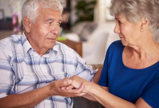 年配のカップルの深刻な問題