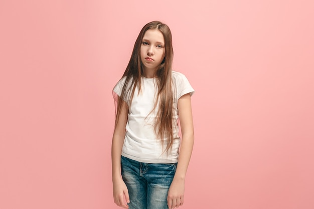 심각하고 슬프고 의심스럽고 사려 깊은 십대 소녀 atanding. 인간의 감정, 표정 개념