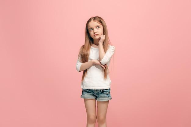 심각하고, 슬프고, 의심스럽고, 사려 깊은 십대 소녀 atanding