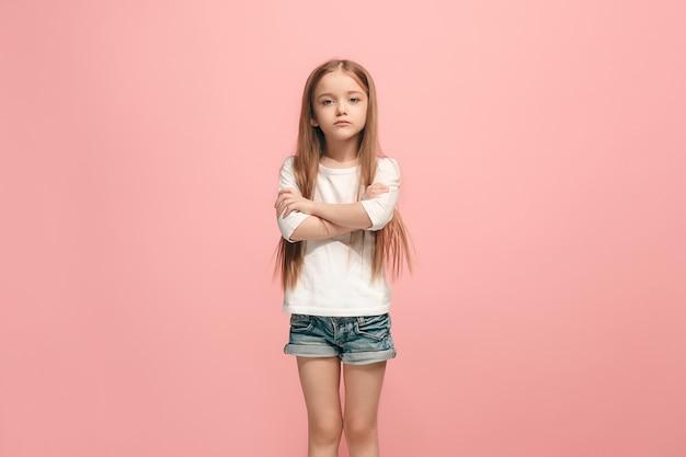 スタジオに出席している深刻な、悲しい、疑わしい、思慮深い十代の少女
