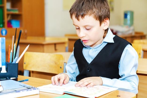 Серьезный школьник в классе. ученица начальной школы. обратно в школу.