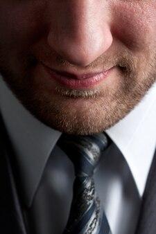 真面目な笑顔のビジネスマン