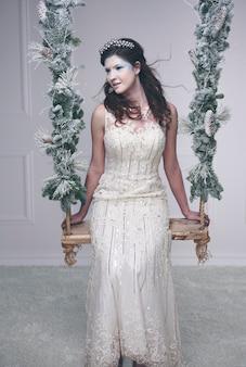 ブランコに乗っている深刻な雪の女王または氷の女王