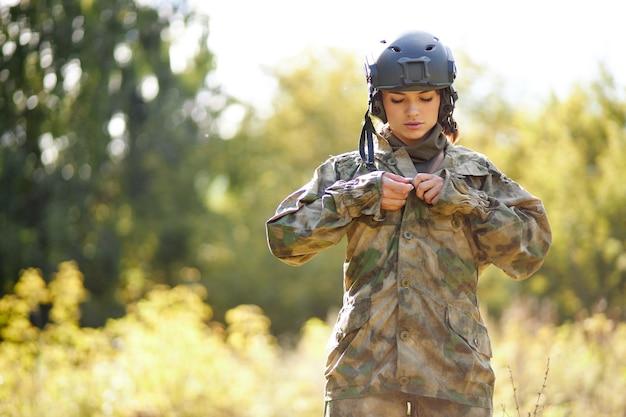 숲에서 재킷을 입고 심각한 군인 여자, 그녀는 사냥을 할 것입니다