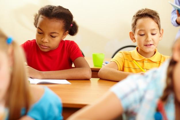 Gravi gli studenti in classe di disegno