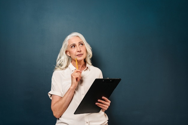 Примечания сочинительства старухи серьезного думать зрелые в доске сзажимом для бумаги.