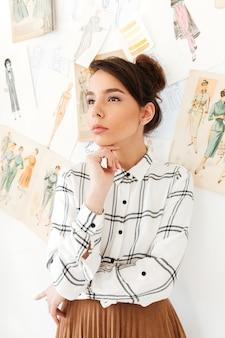 深刻な思考の女性ファッションイラストレーター