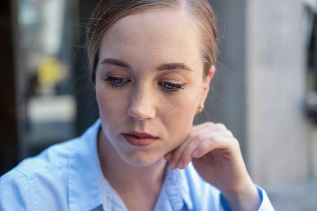 심각한 피곤된 젊은 비즈니스 우먼 도시에 앉아. 일하기 싫은 느낌. 스트레스. 우울한. 고품질 사진