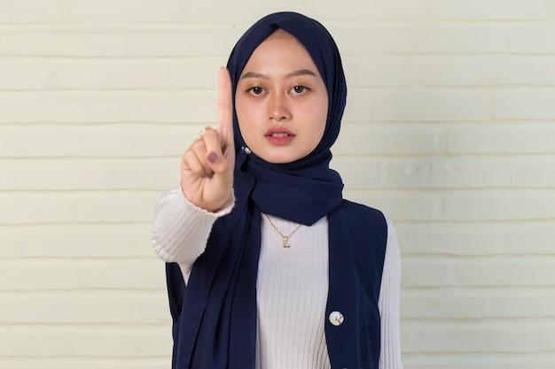 停止手ジェスチャーを示す深刻な動揺イスラム教徒の女性