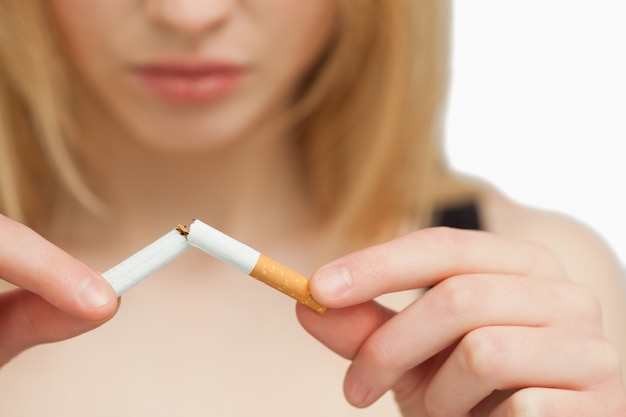 담배를 끊는 심각한 여자