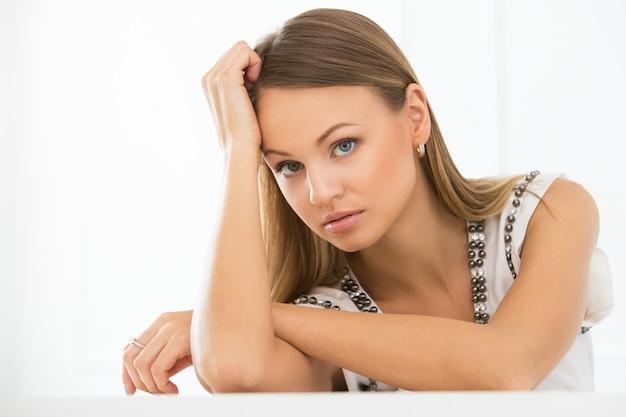 密生目を持つ深刻な女性