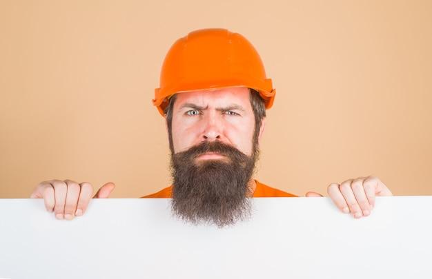 심각한 작업자는 하드 모자에 보호 헬멧 작업자에 광고 게시판 광고 남자를 보유