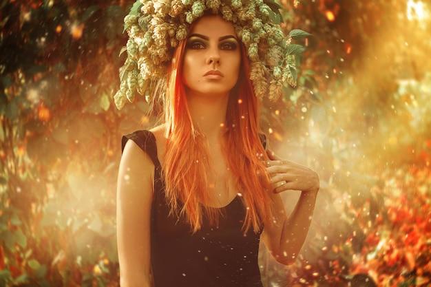 屋外の暖かい魔法の森で頭にホップを持つ深刻な若い大人の女性