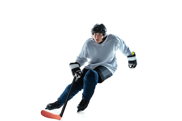 アイスコートと白い壁に棒で真面目な若い男性ホッケー選手