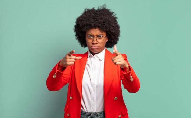 真面目な若いかなり黒人女性が正面を向いている