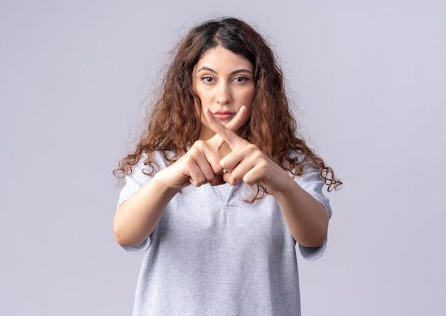 Серьезная молодая симпатичная кавказская девушка, не делающая жестов, изолирована на белой стене с копией пространства