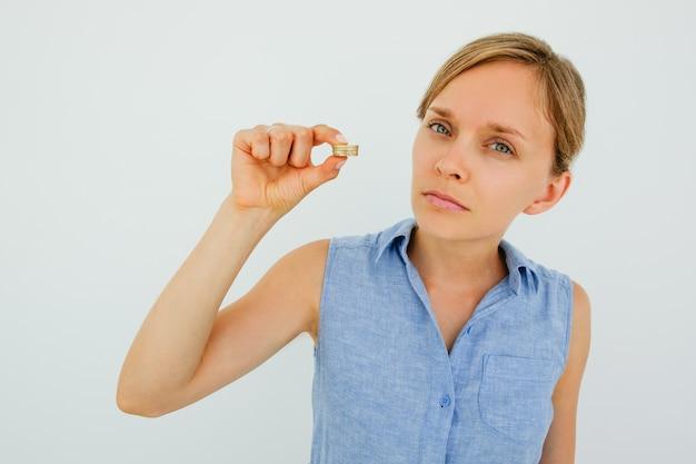Серьезная молодая женщина холдинг монет стека