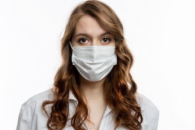 Серьезная молодая женщина в медицинской маске. карантин во время пандемии коронавируса.