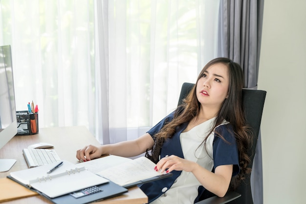 Серьезно азиатская женщина в офисе